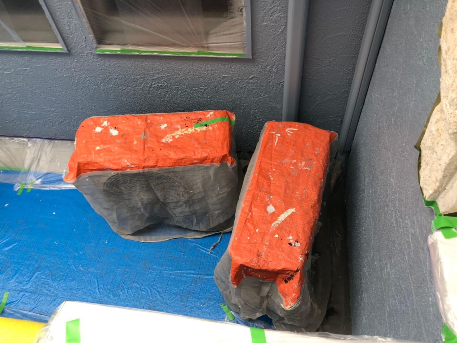 外壁塗装工事中の優れものアイテム「エアコン室外機養生カバー」