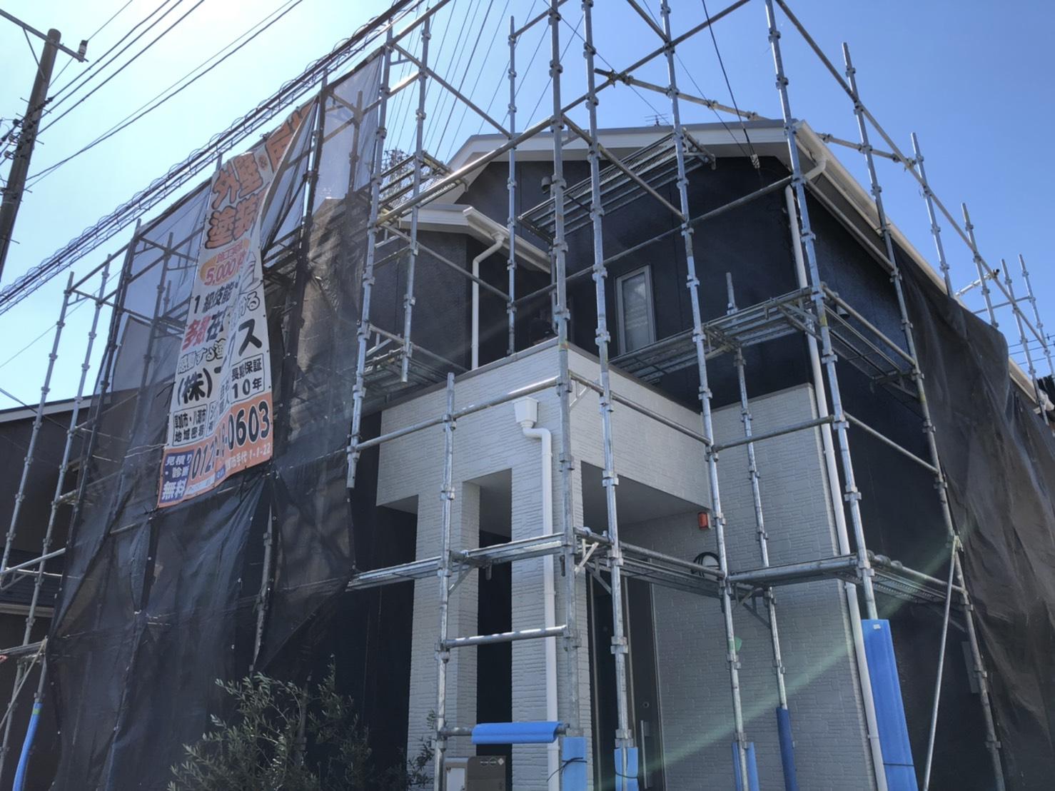 地域密着外壁塗装専門店ゆえの心に染みるサービス塗装工事:エアコン室外機カバー塗装(木製)